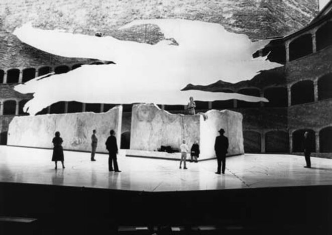 photo: mise en scène de Wim Wenders de UBER DIE DORFER, Festival de Salzburg, 1982, tous droits réservés