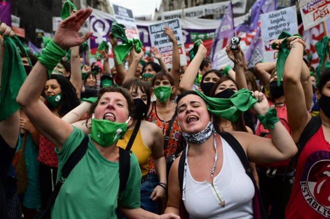 Liesse des manifestantes pro-avortement à Buenos Aires le 11 décembre 2020, après le vote du Congrès des députés. © Ronaldo Schemidt / AFP