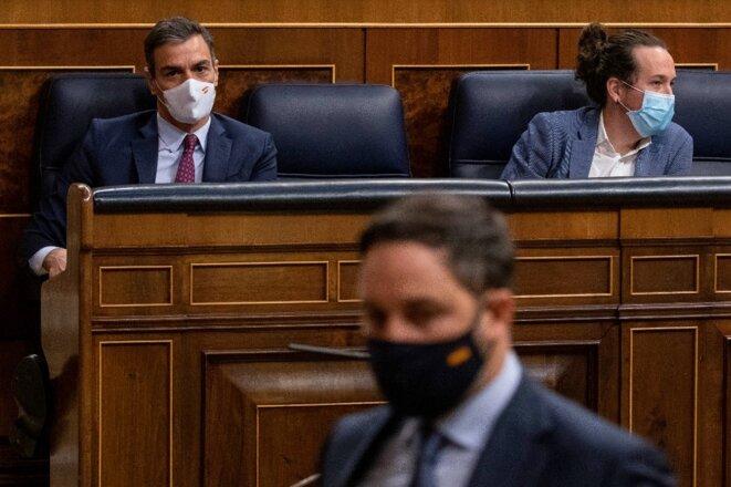 Pedro Sánchez (à gauche) et Pablo Iglesias, avec Santiago Abascal au premier plan, le 22 octobre 2020, au Congrès des députés à Madrid. © AFP / Pablo Blazquez