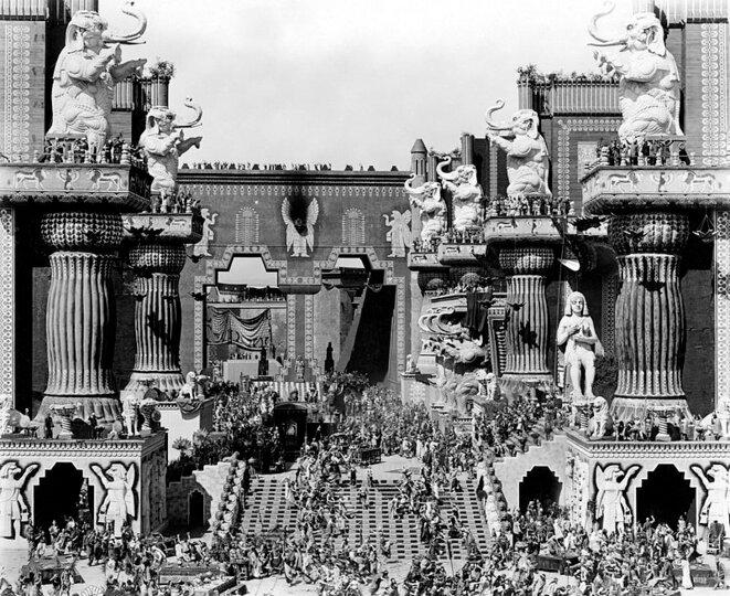 La scène de Babylone dans le film Intolérance (1916) de D.W. Griffith. Durée: 163 minutes.