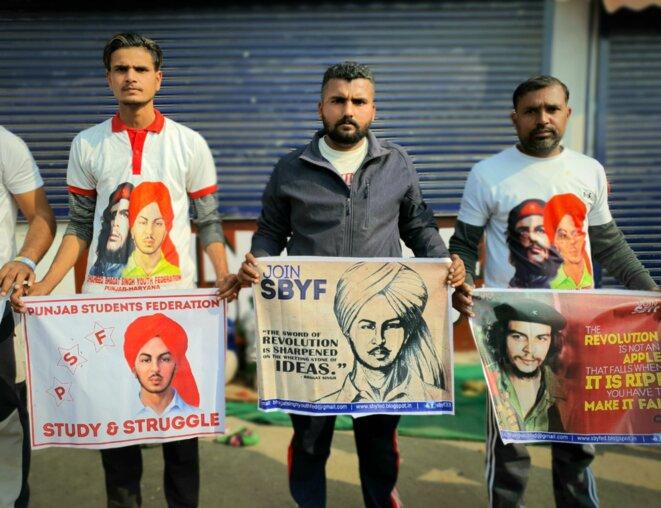 Le portrait de Bhagat Singh, un socialiste révolutionnaire, présent sur les drapeaux des manifestants © CB