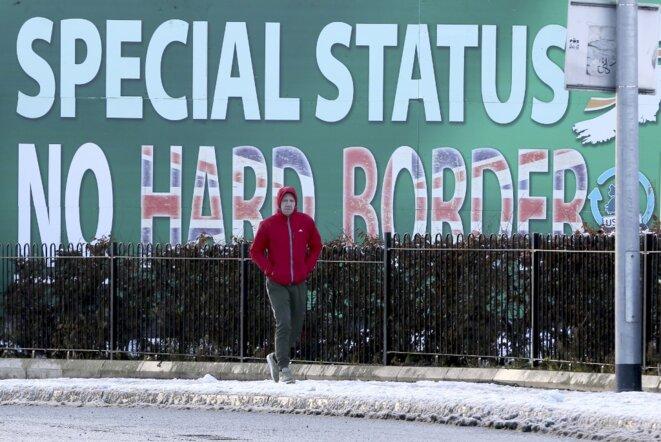 À Belfast en décembre 2017, une affiche contre le retour d'une frontière en dur entre Irlande du Nord et république d'Irlande. © Paul Faith / AFP.