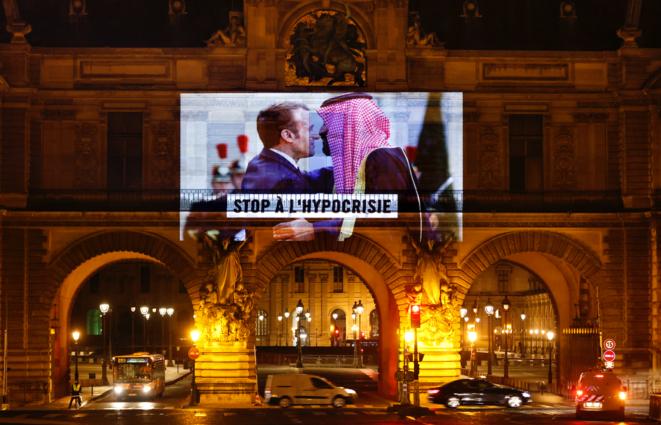 Acción de sensibilización de Amnistía Internacional proyectando a Emmanuel Macron y Mohammed ben Salmane en la fachada del Museo del Louvre, 19 de noviembre de 2020. © THOMAS COEX/AFP