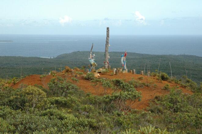 Le bois tabou GÔÔ Vare Kan sur la montagne NGuè Hei sur la mine de Goro (15 mars 2007) © I. Leblic