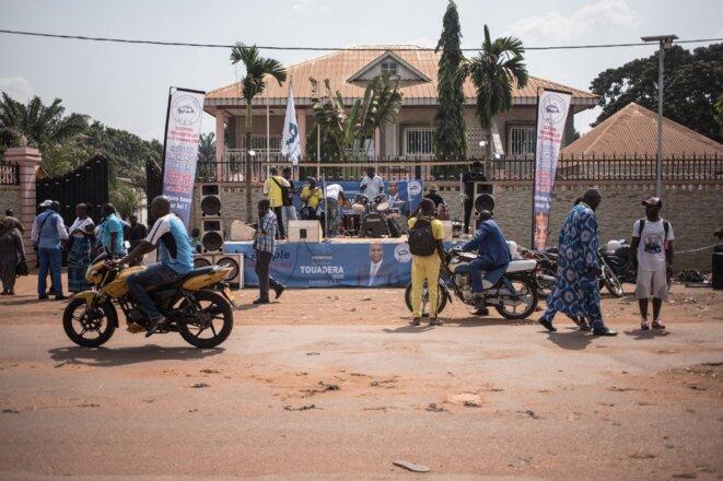 Devant le siège de Mouvement Cœurs unis du président Faustin-Archange Touadéra à Bangui le 5 janvier 2021. © Florent Vergnes/AFP