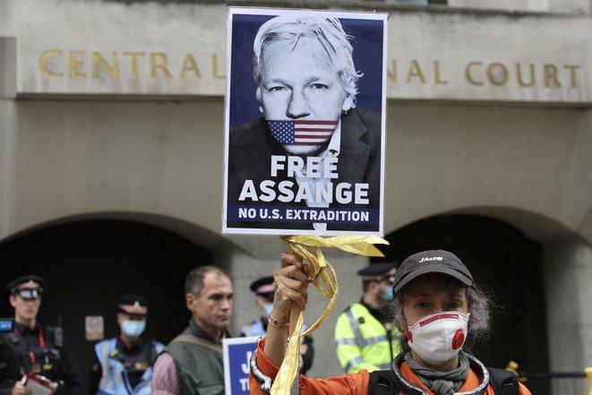 Un manifestante delante del Tribunal Penal Central de Londres, el 7 de septiembre de 2020. © AFP