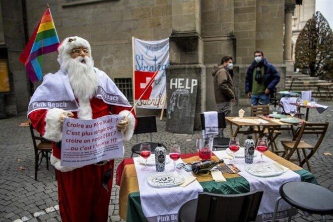 En Suisse aussi (ici à Lausanne, manifestation du personnel de la restauration), les décisions gouvernementales ont été critiquées (photo Keystone / Jean-christophe Bott)