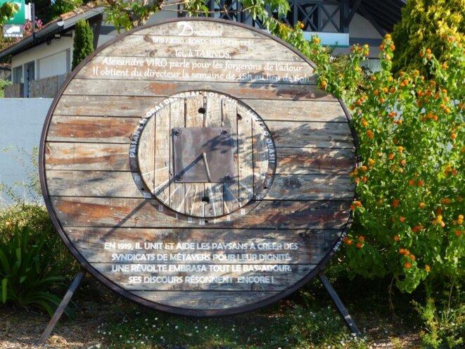 Cadran solaire dédié à Alexandre Viro sur la place qui porte son nom à Tarnos