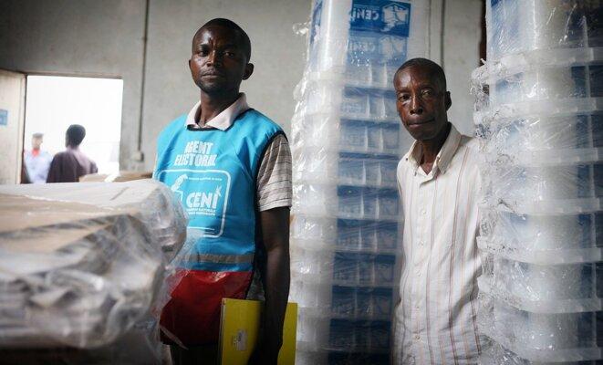 Agents de la Ceni  dans un entrepôt de Mbuji-Mayi en novembre 2011 © Monusco