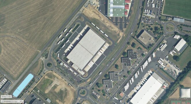 Entrepôt frigorifique Auchan à Athis-Mons, installée à proximité directe de l'aéroport d'Orly. A l'échelle de la parcelle, la surface imperméabilisée est de 3.3 hectares pour une surface bâtie de moins de 1 hectare © Géoportail