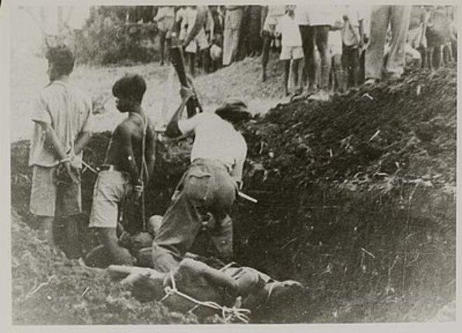 Les militants communistes sont assassinés à la baïonnette.
