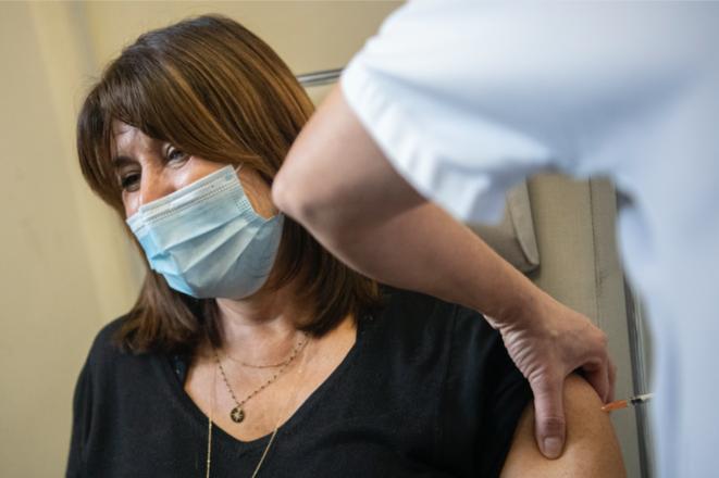 L'ex-maire de Marseille devenue première adjointe, l'écologiste Michèle Rubirola, en train de se faire vacciner contre le Covid-19 avec le vaccin Pfizer-BioNTech, le 5 janvier. © Christophe SIMON / AFP