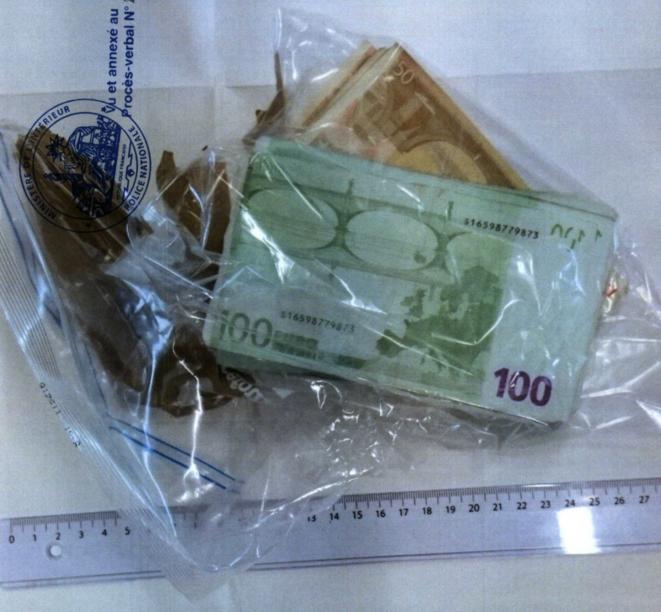 Dans ce sac plastique, les 13 300 euros cachés dans le cimetière du Montparnasse. © DR