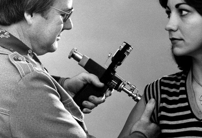 Médecin essayant d'inoculer le virus de la science à une obscurantiste. © USCDCP