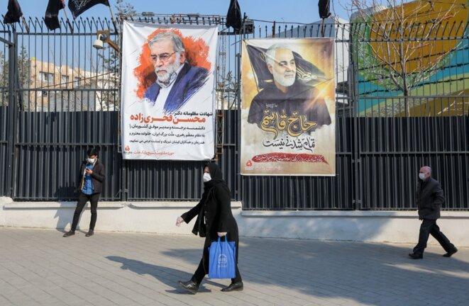 Les portraits de Qassem Soleimani (à droite), tué par une frappe des États-Unis, et Mohsen Fakhrizadeh, abattu par Israël, sont affichés à Téhéran, le 30 décembre 2020. © ATTA KENARE / AFP
