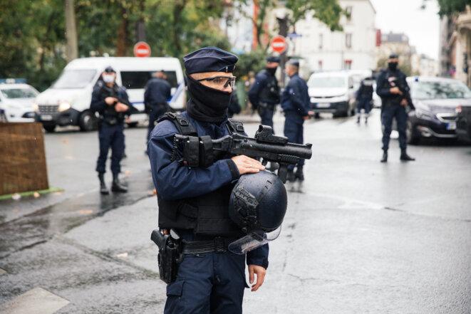 Un policier armé d'un LBD à Paris, le 25 septembre 2020. © Marie Magnin / Hans Lucas via AFP