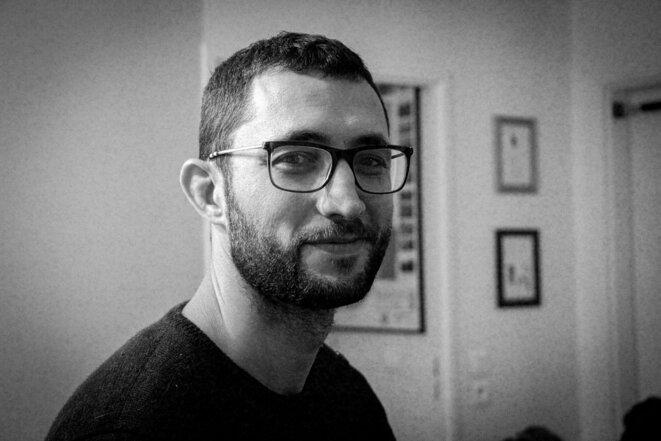 """Erwan Manac'h, journaliste chez Politis et auteur de la BD """"Un train d'enfer"""". © Marie Chambrial"""