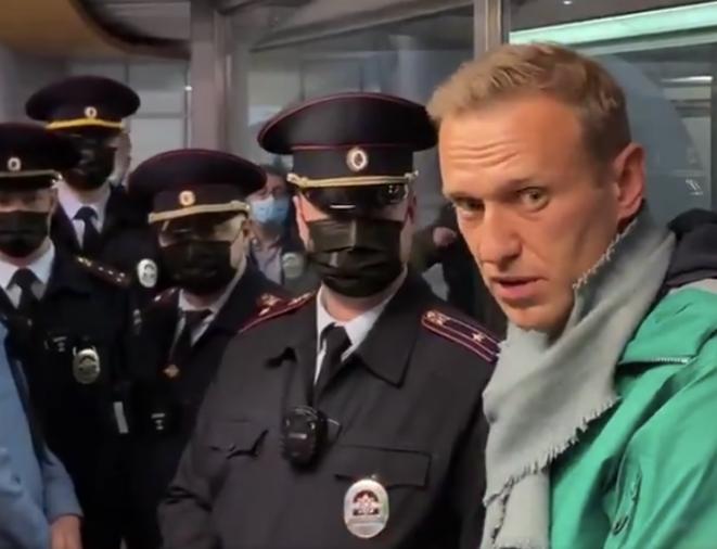 Alexeï Navalny lors de son arrestation à l'aéroport de Moscou, dimanche 17 janvier. © (capture d'écran)