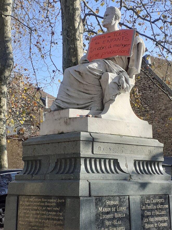 """Statue de Victor Hugo, place Granvelle à Besançon : """"droit de tous les enfants : un abri, à manger, une protection"""" [Photo sur mur Facebook de Solmiré]"""