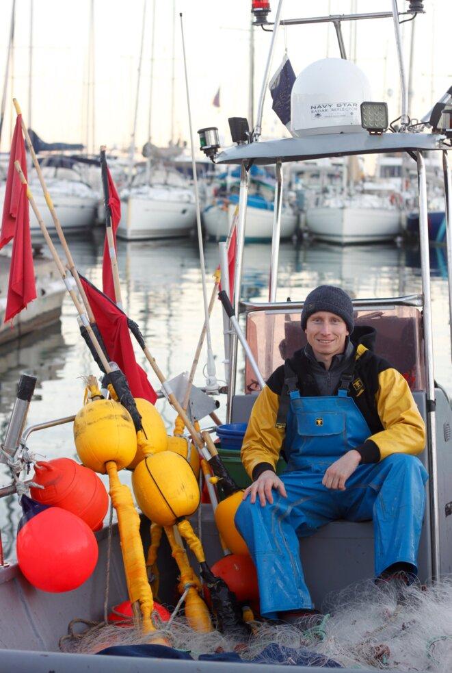Kevin Guhel sur son bateau de pêche © Paul Demougeot