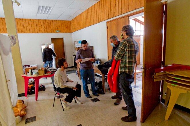 Réunion des bénévoles des deux associassions « Le Refuge » et « 82 4000 » pour parler de l'organisation de la journée © Thibaut Durand / Hans Lucas