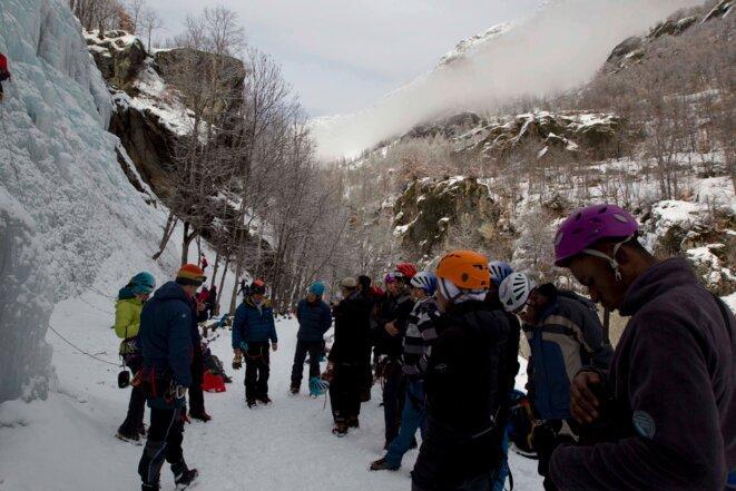 Les guides de montagne expliquent aux stagiaires comment grimper la cascade de glace © Thibaut Durand / Hans Lucas