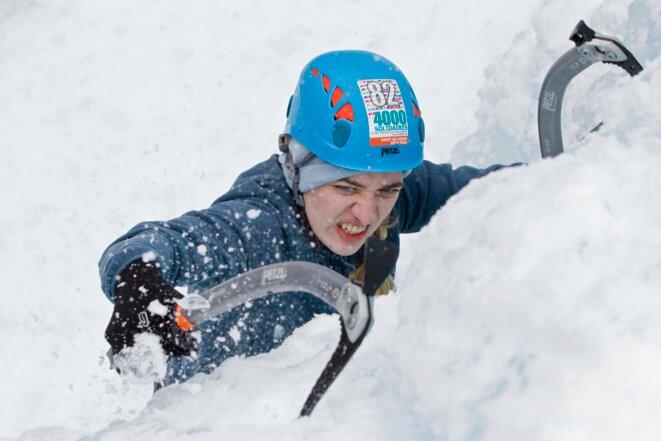 Une jeune stagiaire (qui a fuit la Russie pour ne pas être emprisonnée) va au bout de son effort pour gravir la cascade de glace © Thibaut Durand / Hans Lucas