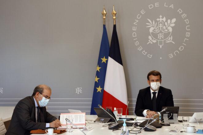 Mohammed Moussaoui, le president du CFCM, signe la  «charte des principes pour l'Islam de France» au côté d'Emmanuel Macron, qui l'a voulue, lundi 18 janvier 2021, à l'Elysée. © Ludovic MARIN / POOL / AFP