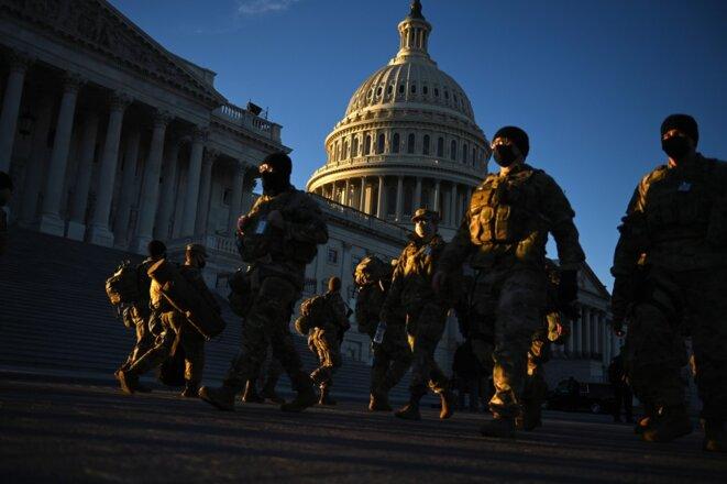 La Garde nationale devant le Capitole le 19 janvier 2021. © Brendan Smialowski/AFP