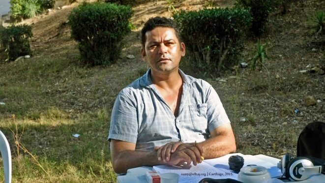 """SAMY ELHAJ écrivant son texte: """"LE SOLDAT QUI NE SUPPOSAIT PLUS"""" à CARTHAGE, TUNIS, TUNISIE en 2015 - BIS."""