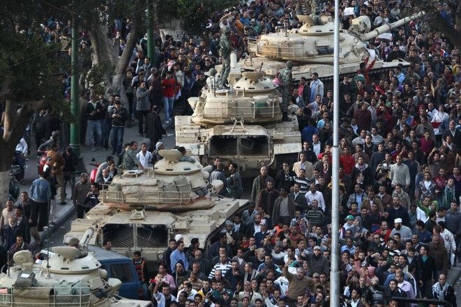 Des manifestants égyptiens autour des chars de l'armée égyptienne, Le Caire, 29 janvier 2011. Crédit : AFP PHOTO / Khaled Desouki