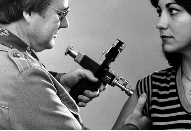 """Dans le billet de Jérôme Latta : """"Médecin essayant d'inoculer le virus de la science à une obscurantiste."""" © USCDCP"""