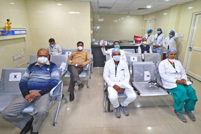 Des personnels de santé vaccinés le 16 janvier avec le vaccin Covaxin, dans un hôpital du Rajasthan. © Vishal Bhatnagar/NurPhoto via AFP