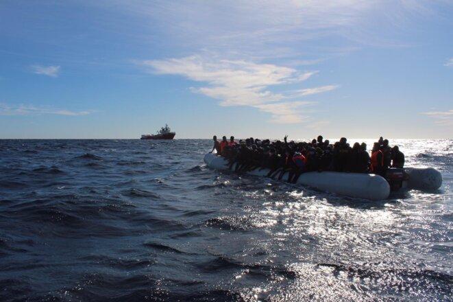 L'Ocean Viking au secours d'une embarcation en détresse au large des côtes libyennes, le 21 janvier 2021. © NB