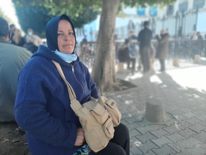 Fatma, près du tribunal, qui attend des nouvelles de son fils, arrêté dans le quartier du Kram en marge des manifestations. © LB