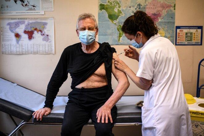 Un homme de 75 ans reçoit une dose de vaccin à l'institut Pasteur de Paris, le 28 janvier. © Christophe Archambault / AFP