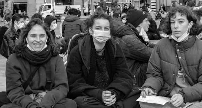 Trois étudiantes en première année à l'Université, les deux Eva, à droite et à gauche de la photo ont témoigné. © Justin Carrette