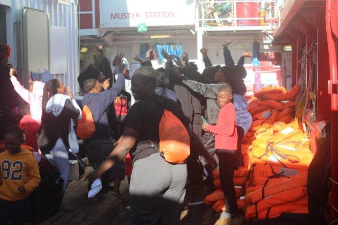 Un groupe de femmes secourues par SOS Méditerranée fêtent leur arrivée à bord de l'Ocean Viking. © NB / Mediapart
