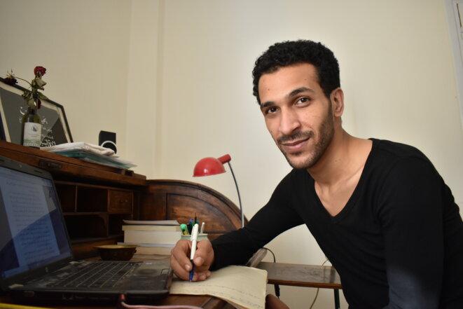Le poète Mohsen Mohamed, 25 ans, qui a publié son premier recueil après cinq ans en prison. © AL