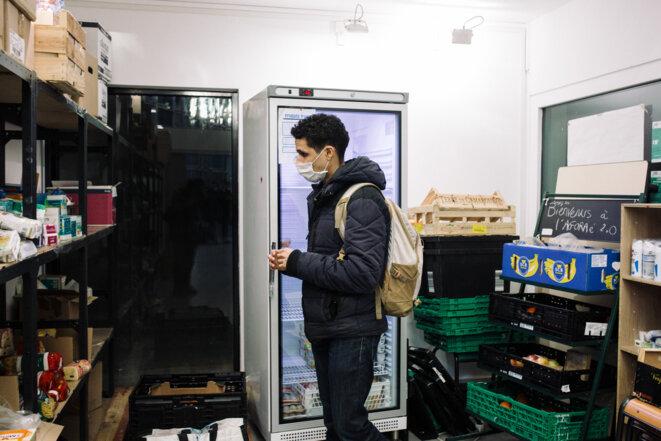 Rokneddine, étudiant en animation, vient faire ses courses a l'AGORAe, une épicerie sociale à destination des étudiants les plus précaires. © Philippe Labrosse / Hans Lucas / Hans Lucas via AFP