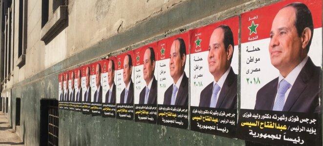 Des affiches du dictateur Abdel Fattah al-Sissi lors de l'élection de 2018 près de la place Tahrir. © Ariane Lavrilleux