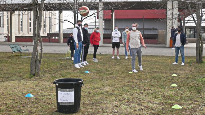 Aresse mais la poubelle sont les poches de l'étudiant.e qui n'attrape pas grand chose ! © Georges-André Photos
