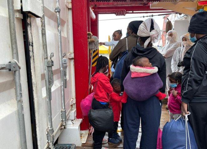 Des femmes migrantes à bord de l'« Ocean Viking ». © SOS Méditerranée