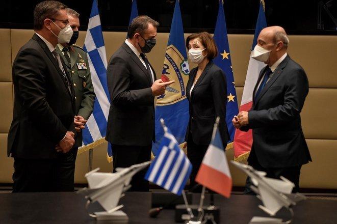 Florence Parly y su homólogo griego Nikos Panagiotopoulos durante la firma del contrato el lunes 25 de enero en Atenas. © LOUISA GOULIAMAKI/AFP