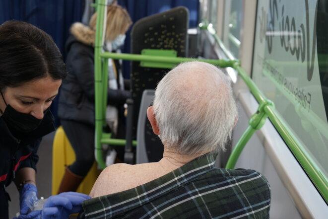 Robert, aged 86, and nurse Naura Touaimia on board the Vacci'bus in a village near Reims. © CA