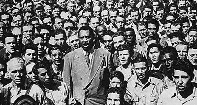 Paul Robeson en 1942, au milieu d'ouvriers d'un chantier naval aux Etats-Unis. Crédit: National Archives.