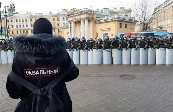 À Saint-Pétersbourg le 31 janvier, un manifestant avec inscrit dans le dos le nom de Navalny face aux policiers. © The Insider