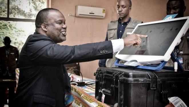 Le président de la Céni devant une machine à voter en 2018 © Céni