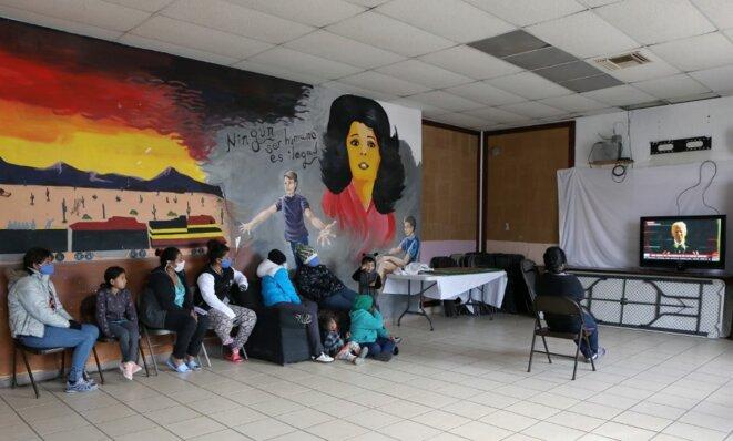 Des migrants d'Amérique centrale d'un camp de réfugiés à Ciudad Juarez, au Mexique, regarde un discours de Biden à la télévision le 20 janvier 2021. © Herika Martinez/AFP