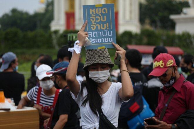 Une manifestante près du Monument de la démocratie à Bangkok le 8 novembre 2020. © Varuth Hirunyatheb/Bangkok Post/AFP